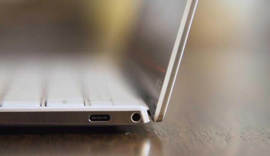 金属エッジが光る。両側面にType-CポートとSDカードスロット